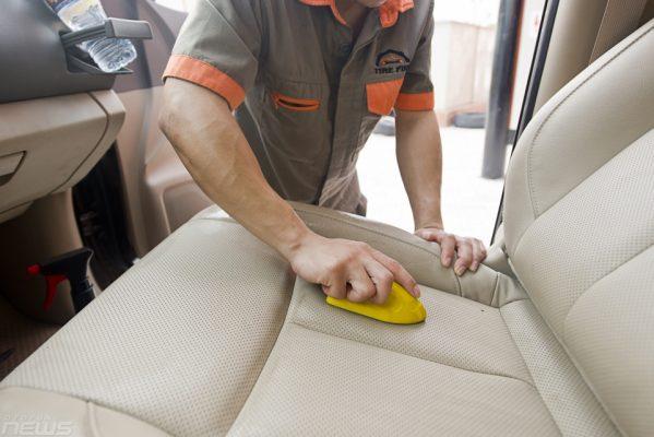 Sử dụng chàn chải mềm làm sạch vết bẩn cứng đầu trên ghế da ô tô