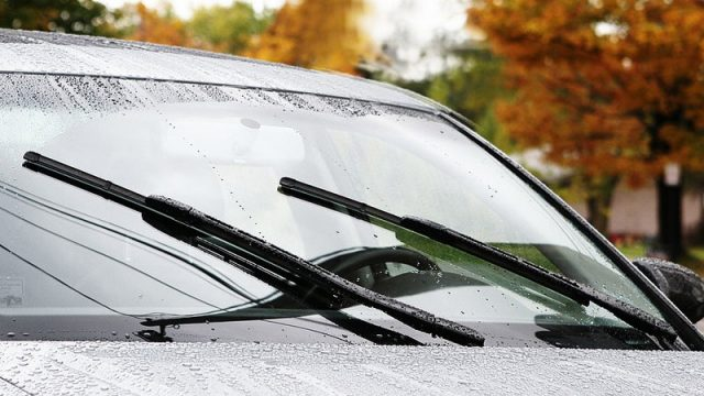Chăm sóc kỹ cần gạt nước của xe