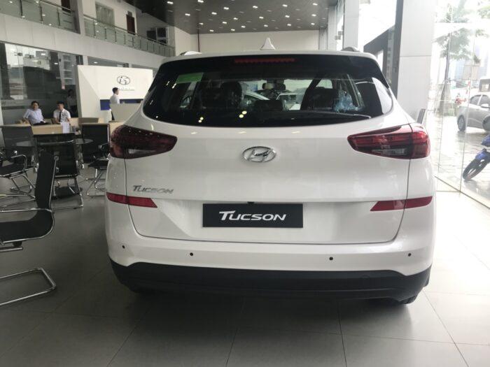 Hyundai Tucson xăng tiêu chuẩn 2.0L đuôi xe