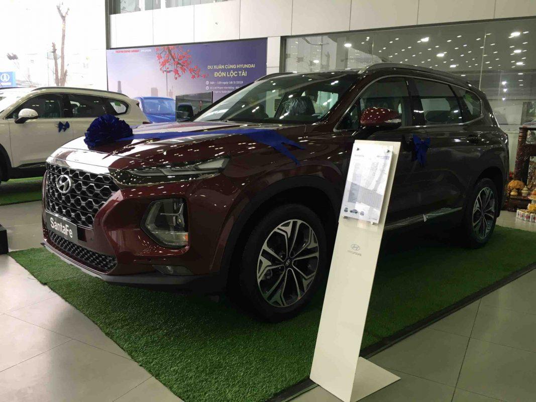 Hyundai Santafe máy dầu được trưng bày ở Showroom